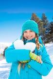 Симпатичная девушка при сердце сделанное снежка Стоковые Изображения RF