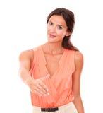 Симпатичная женщина брюнет давая ее руку в приветствии Стоковое фото RF