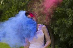 Симпатичная женщина брюнет с волосами в движении и сухой краске Стоковые Изображения