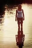 Симпатичная женщина в джинсах свернула в морской воде Стоковая Фотография RF