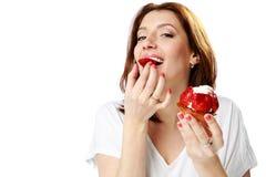Симпатичная женщина есть свежий торт клубники стоковое изображение rf