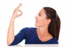 Симпатичная женщина делая одобренный знак Стоковые Изображения