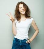 Симпатичная женщина показывая победу или знак мира Стоковое Изображение RF