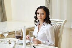 Симпатичная женщина представляя во время бизнес-ланча Стоковая Фотография RF