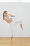 Симпатичная женщина пригонки делая боевые искусства нося sportswear Стоковая Фотография