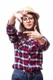 Симпатичная женщина создавая рамку с пальцами Стоковое Изображение RF
