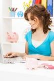 Симпатичная женщина с копилкой и деньгами Стоковые Фото