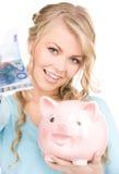Симпатичная женщина с копилкой и деньгами Стоковая Фотография