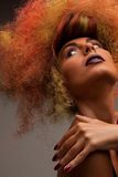 Симпатичная женщина с модными волосами Стоковая Фотография