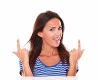 Симпатичная женщина с пальцами указывая вверх Стоковое Фото