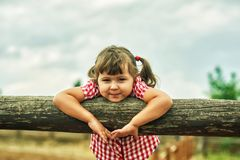 Симпатичная жизнерадостная маленькая девочка на прогулке Стоковая Фотография