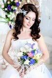 Симпатичная застенчивая девушка в dres свадьбы стоковые фотографии rf
