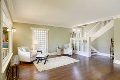 Симпатичная зеленая живущая комната с встроенными книжными полками стоковые фото