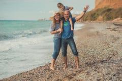 Симпатичная изумительная сцена счастливой семьи матери дамы красивого отца красивой и милого маленького мальчика сына представляя Стоковые Изображения