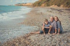 Симпатичная изумительная сцена счастливой семьи матери дамы красивого отца красивой и милого маленького мальчика сына представляя Стоковое Фото