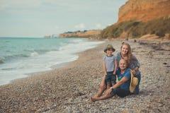 Симпатичная изумительная сцена счастливой семьи матери дамы красивого отца красивой и милого маленького мальчика сына представляя Стоковая Фотография RF