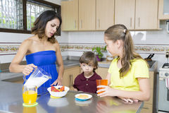 Симпатичная мать и ее дети имея завтрак Стоковое Фото