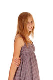 Симпатичная маленькая девочка в положении платья стоковая фотография rf