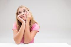 Симпатичная маленькая девочка делая желание или думать Стоковое Изображение