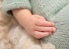 Симпатичная маленькая рука newborn младенца, крупного плана Стоковая Фотография RF
