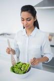 Симпатичная мирная женщина подготавливая салат в кухне Стоковое Фото