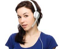 Симпатичная молодая женщина говорит к клиентам Стоковое фото RF