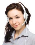 Симпатичная молодая женщина говорит к клиентам Стоковая Фотография RF