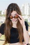 Симпатичная молодая дама с винтажными стеклами Стоковые Фото