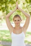 Симпатичная молодая женщина делая йогу в парке Стоковая Фотография RF