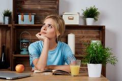 Симпатичная молодая женщина работая на портативном компьютере на Стоковое фото RF