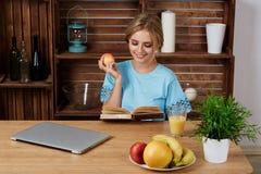 Симпатичная молодая женщина работая на портативном компьютере на Стоковое Изображение RF