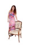 Симпатичная молодая женщина стоя с креслом Стоковое Изображение RF