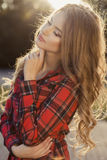 Симпатичная молодая модель с закрытыми глазами и ярким составом po яркого блеска стоковое фото