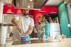 Симпатичная семья в кухне Стоковые Изображения