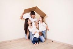Симпатичная семья играя совместно Стоковое Фото