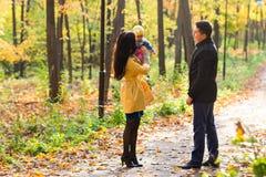 Симпатичная семья идя в образ жизни леса осени здоровый Стоковое фото RF