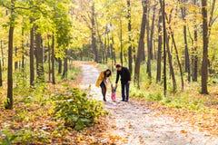 Симпатичная семья идя в образ жизни леса осени здоровый Стоковые Изображения