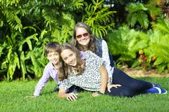 Симпатичная семья наслаждаясь совместно Стоковые Фотографии RF