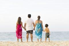 Симпатичная семья наслаждаясь на пляже Стоковая Фотография RF