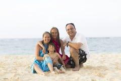 Симпатичная семья наслаждаясь на пляже Стоковое Фото