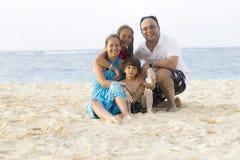 Симпатичная семья наслаждаясь на пляже Стоковые Фото