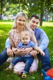 Симпатичная семья на парке города Стоковые Изображения RF