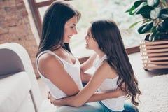 Симпатичная семья! Очаровательная жизнерадостная восхитительная красивая молодая сумеречница Стоковая Фотография RF