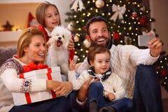 Симпатичная семья принимая selfie Стоковые Изображения RF