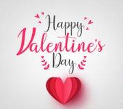 Симпатичная счастливая поздравительная открытка дня валентинок с красным бумажным сердцем Стоковое фото RF