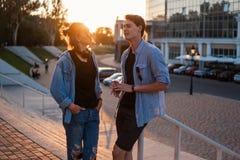 Симпатичное молодое датировка пар битника во время захода солнца лета стоковое фото