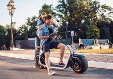 Симпатичное молодое датировка пар с электрическим велосипедом стоковая фотография rf