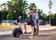 Симпатичное молодое датировка пар с электрическим велосипедом стоковые фотографии rf
