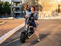 Симпатичное молодое датировка пар с электрическим велосипедом стоковое фото