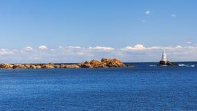 Симпатичное после полудня лета на пристани в городке Ahtopol с взглядами маяка bulbed Стоковая Фотография